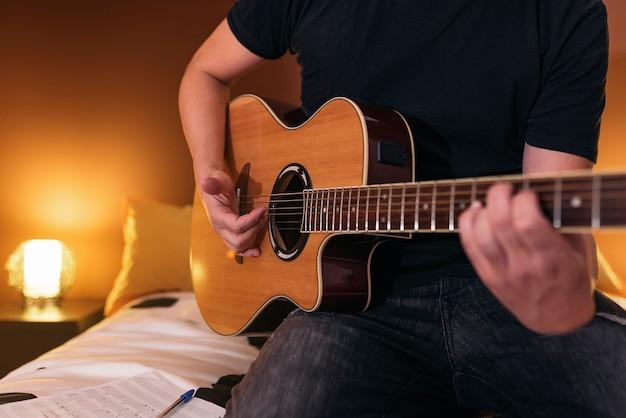 Jeune homme composant de la musique dans sa maman.