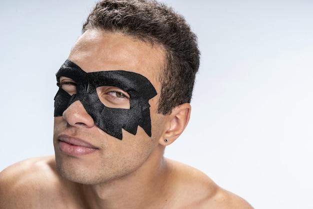 Jeune homme confiant en prenant soin de sa peau