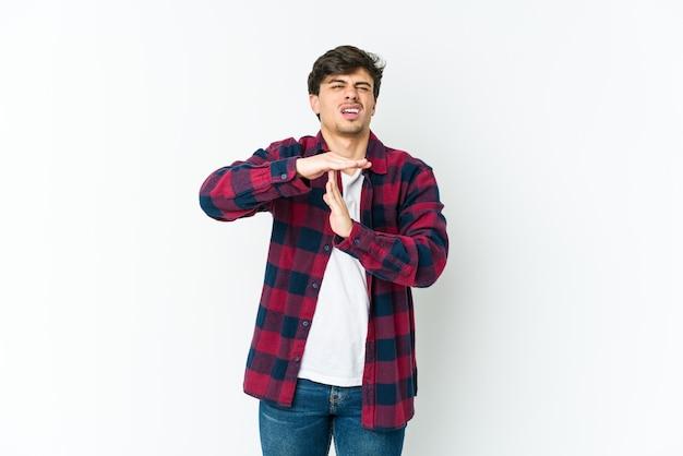 Jeune homme cool montrant un geste de timeout