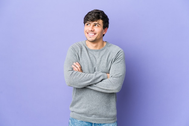 Jeune homme cool souriant confiant avec les bras croisés.
