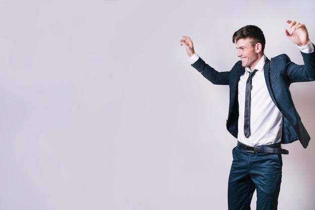 Jeune homme en costume dansant