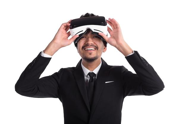Jeune homme en costume et lunettes 3d, réalité virtuelle