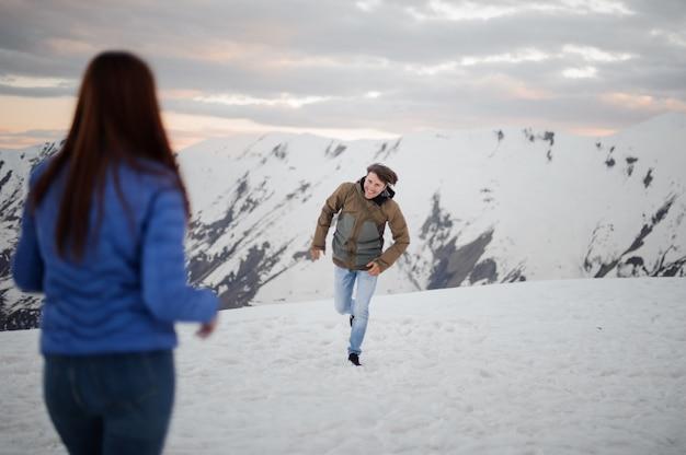 Jeune homme, courant, à, elle, petite amie, dans, montagnes
