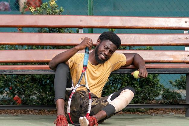 Jeune homme, sur, court tennis, jouer