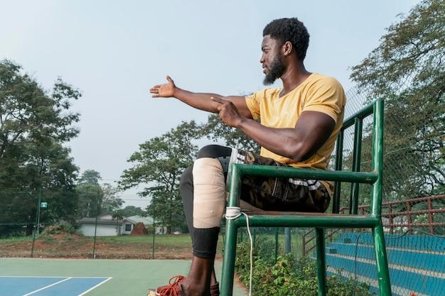 Jeune homme, sur, court tennis