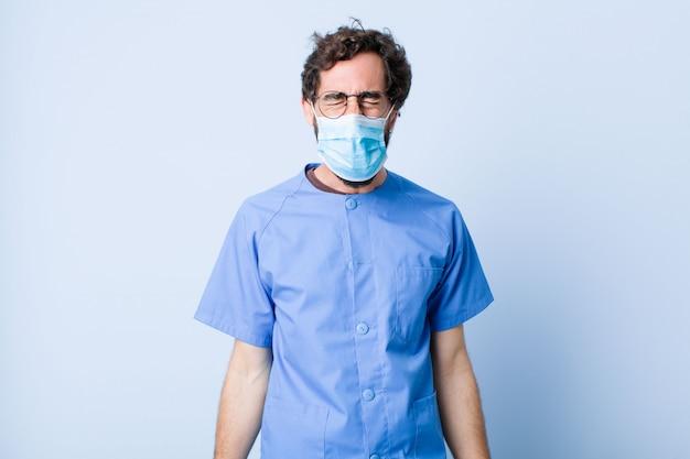 Jeune homme criant agressivement, l'air très en colère, frustré, indigné ou ennuyé, criant non. concept de coronavirus