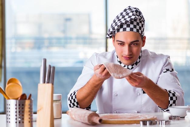 Jeune homme, cuisine, biscuits