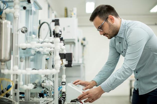 Jeune homme dans l'atelier électronique