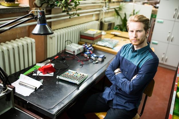 Jeune homme dans un atelier d'électronique