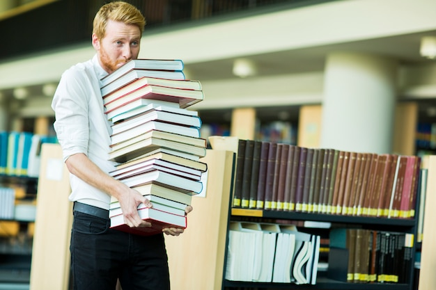 Jeune homme dans la bibliothèque