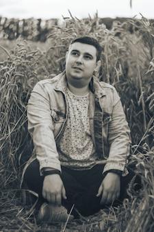 Un jeune homme dans un champ de blé vert