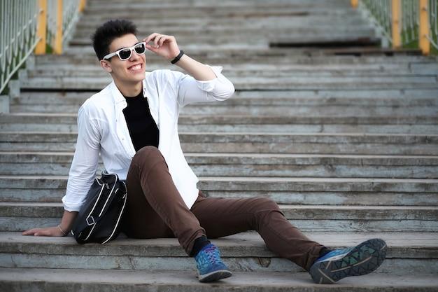 Jeune homme dans l'heure d'été du parc de la ville