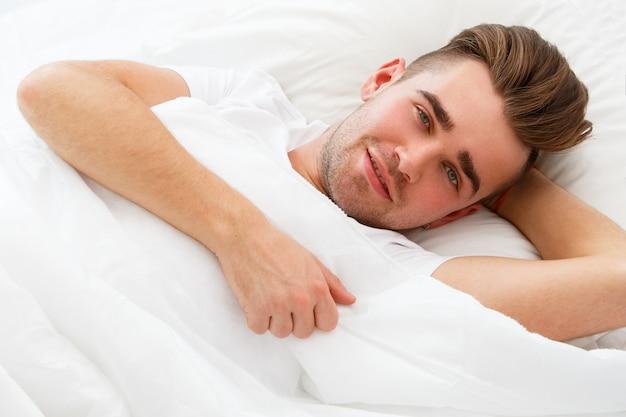 Jeune homme, dans lit