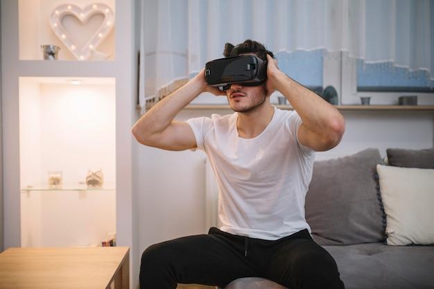 Jeune homme, dans, lunettes rv, sur, sofa