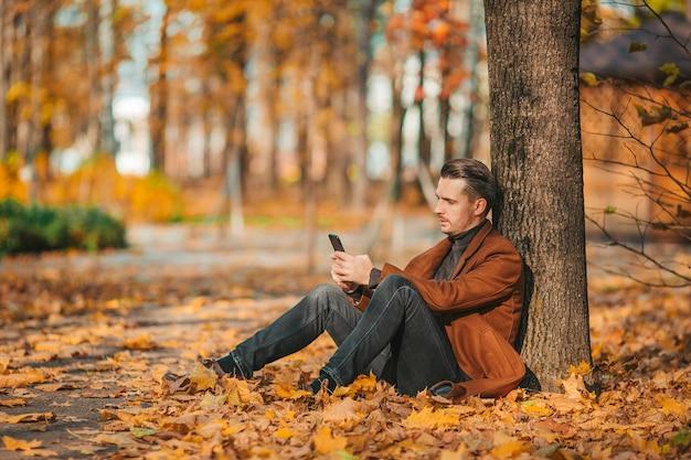 Jeune homme, dans, parc automne, dehors