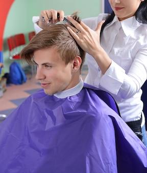 Jeune homme dans un salon de beauté