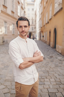 Jeune homme dans une vieille ville européenne