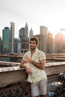 Jeune homme dans la ville avec des bâtiments