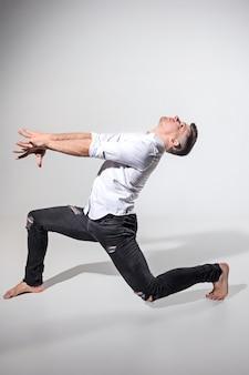 Le jeune homme dansant