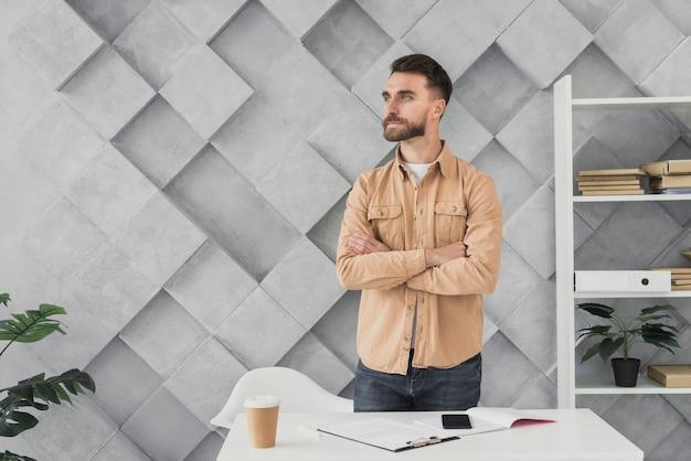 Jeune homme, debout, bureau