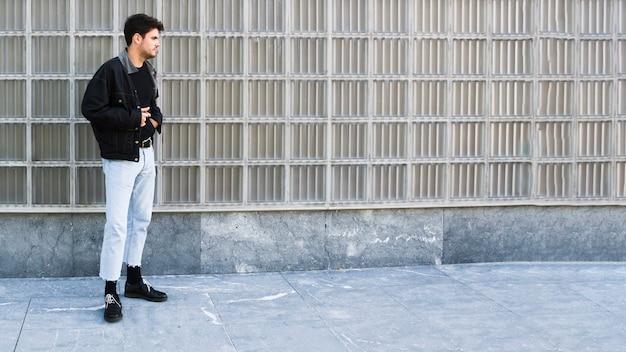 Jeune homme, debout, côté, rue