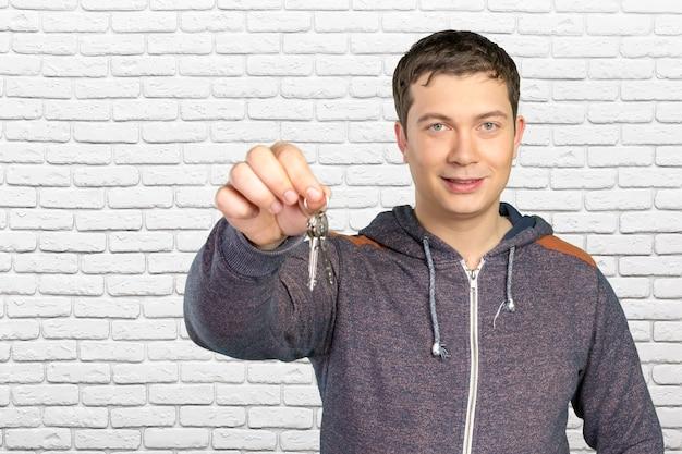 Jeune homme décontracté tenant des clés