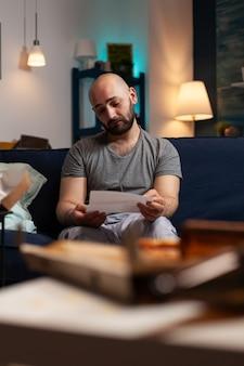 Jeune homme déprimé frustré anxieux lisant la lettre