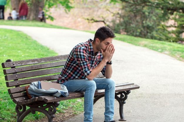 Jeune homme déprimé.