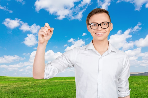 Jeune homme dessinant sur l'écran virtuel