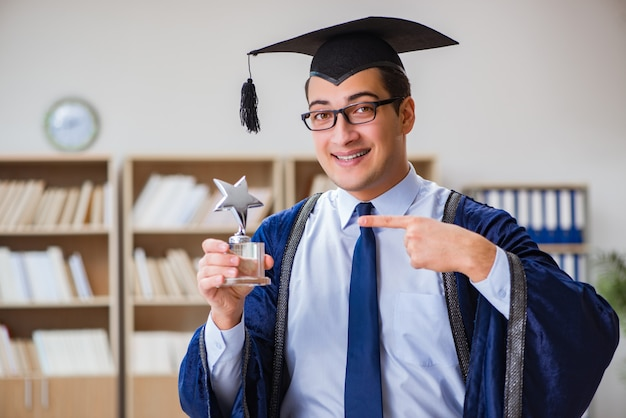 Jeune homme diplômé de l'université