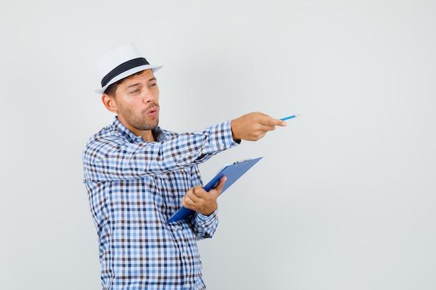 Jeune homme donnant des instructions