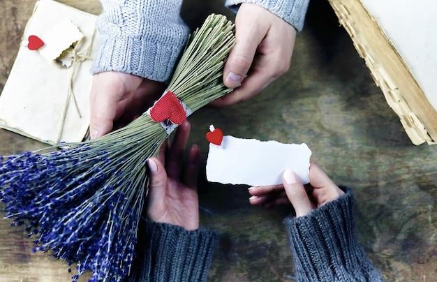 Le jeune homme donne à une fille un bouquet des fleurs de lavande en vacances