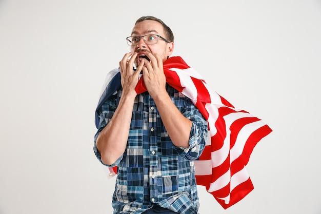 Jeune homme avec le drapeau des états-unis d'amérique
