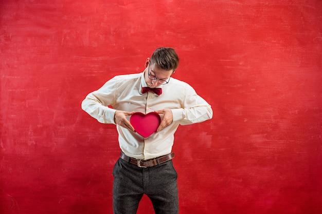 Jeune homme drôle avec coeur abstrait