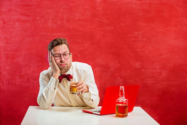 Jeune homme drôle avec ordinateur portable à la saint-valentin