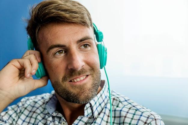 Jeune homme écoute de la musique avec des écouteurs
