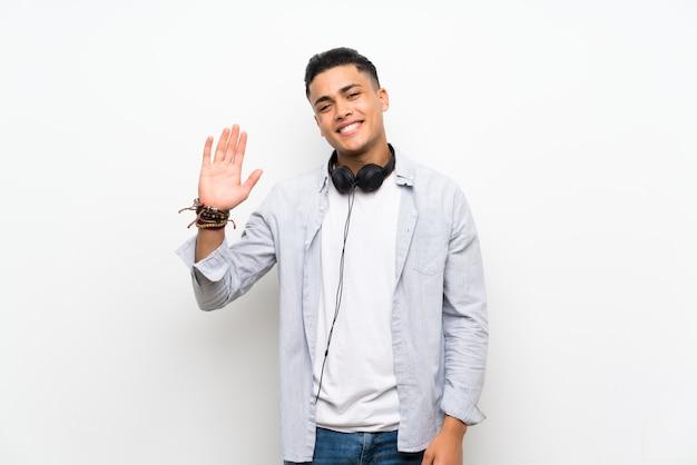 Jeune homme, à, écouteurs, saluer, à, main, à, expression heureuse