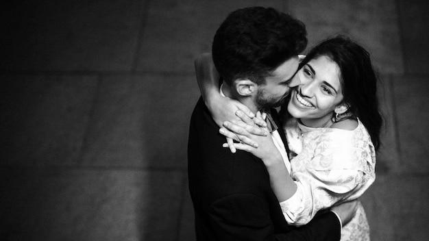Jeune homme embrassant une dame heureuse