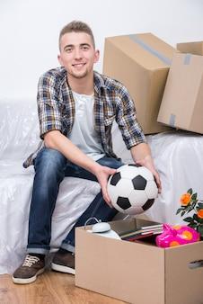 Jeune homme emménage dans un nouvel appartement.