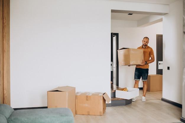 Jeune homme emménageant dans une nouvelle maison