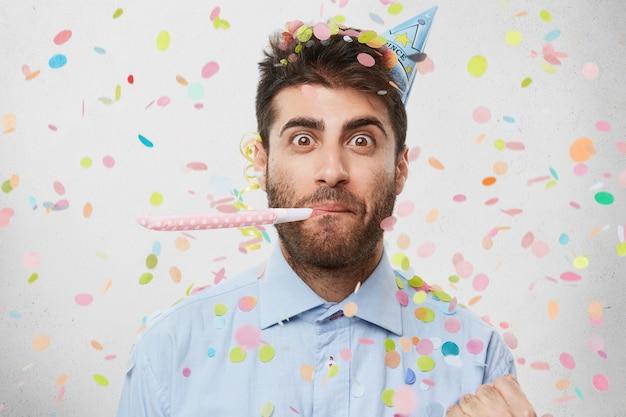 Jeune homme entouré de confettis