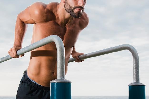 Jeune homme entraînement intense en plein air