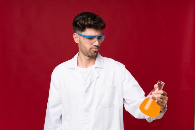 Jeune homme avec une éprouvette scientifique