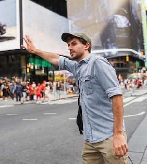 Jeune homme essayant d'arrêter un taxi