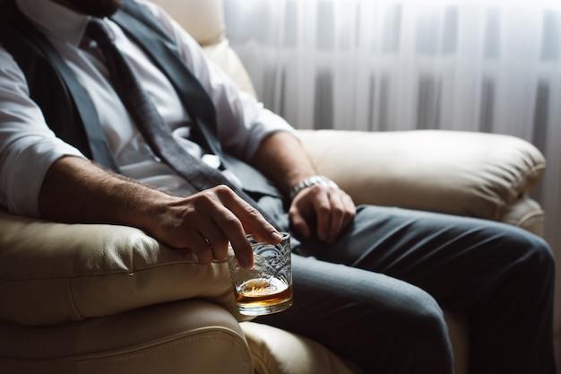 Jeune homme est titulaire d'un verre de cognac