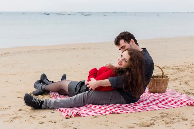 Jeune homme, étreignant, femme, reposer couverture