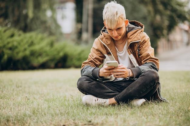 Jeune homme étudiant adulte parlant au téléphone
