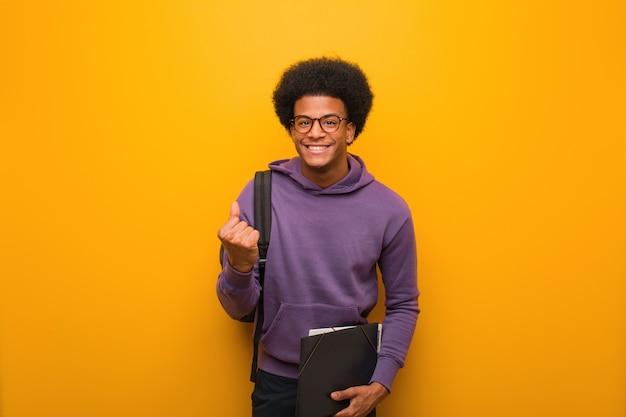 Jeune homme étudiant afro-américain surpris et choqué