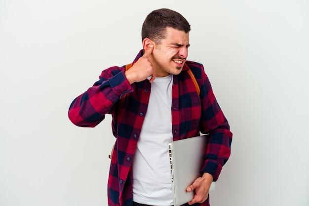 Jeune homme étudiant caucasien tenant un ordinateur portable isolé sur fond blanc couvrant les oreilles avec les mains.
