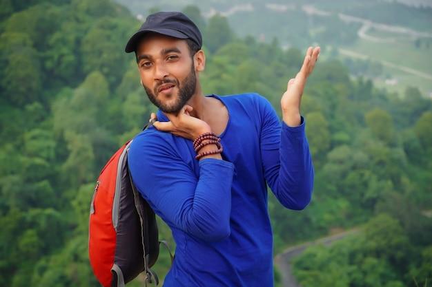 Jeune homme étudiant avec sac